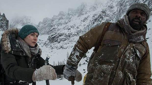 Elba és Winslet a Mountain Between Us első képein