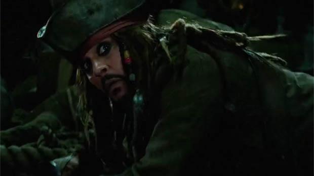 Jack Sparrow a tévében és egy mozgó poszteren